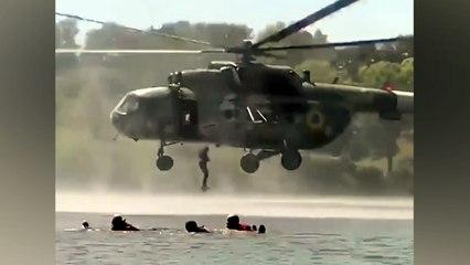 Überraschung für Badegäste: Soldaten springen aus Hubschrauber in Fluss