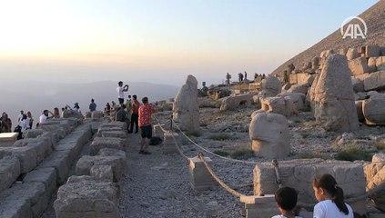 Nemrut, eşsiz manzarasıyla ziyaretçilerini büyülüyor