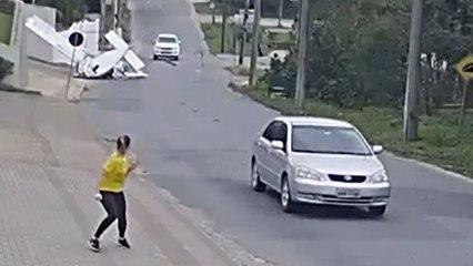 Mitten in Wohngebiet: Kleinflugzeug stürzt auf Straße