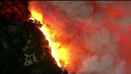 Bomberos de California batallan con un incendio al este de Los Ángeles