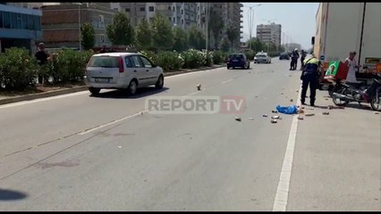 Report TV -Po shpërndante pica, motoristi i një biznesi përplas një këmbësor