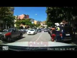 E pazakontë në Pogradec, polici ndalon babain që po udhëtonte me fëmijën në bagazhin e makinës