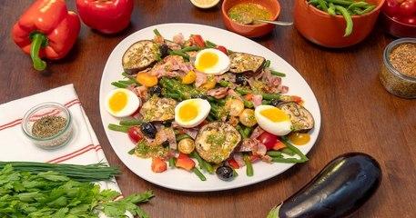 Préparez une merveilleuse salade façon bistrot avec de savoureux poivrons rouges, haricots verts et aubergines !