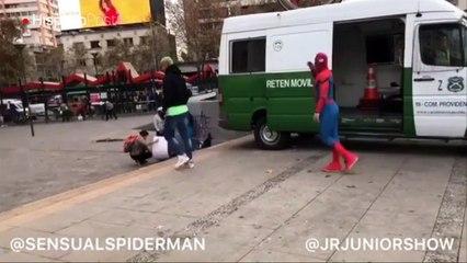Hacer comedia en la calle. JRJunior quiere generar conciencia a través del humor