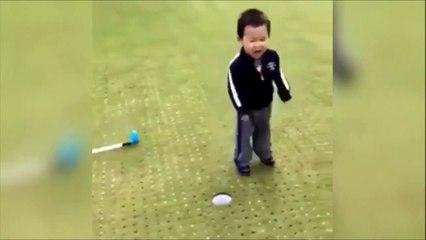 Ce petit garçon est très très mauvais perdant