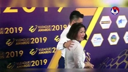 Nguyễn Quang Hải và những khoảnh khắc xúc động bên mẹ | VFF Channel