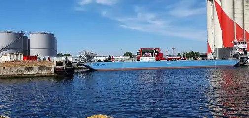 Un des camions du cirque Claudio Zavatta sur une barge dans le port de Saint-Nazaire