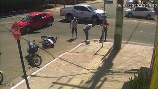 Une femme en scooter se fait percuter par une voiture puis disparait dans une bouche d'égout