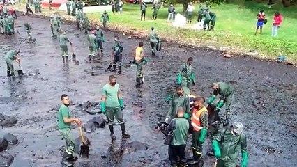 Miles de mauricianos tratan de proteger su isla del derrame de petróleo