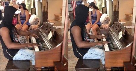 Jovem pediu para tocar piano numa loja e foi surpreendido pelo dono