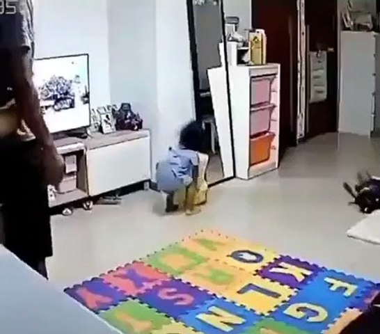 Le réflexe ultra-rapide d'un papa qui sauve sa fille d'extrême justesse