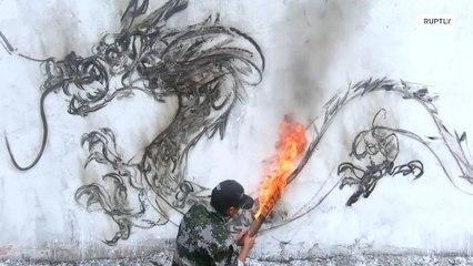 فنان صيني يستخدم الجمر المشتعل للرسم على الجدران !!!