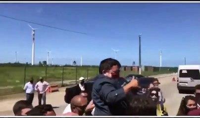 Bolsonaro confunde anão com criança e pega-o ao colo