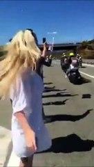 Ne faites pas comme elle pendant le passage du peloton de cyclistes du tour de france