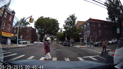 Un cycliste très en colère après qu'on lui ait coupé la route
