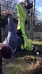 Un ouvrier se retrouve coincé sur un grillage et ses collègues sont pliés de rire
