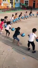 Çinliler daha anaokulu çağlarında çocuklara senkronize olmayı ve işbirliği yapmayı eğlenceli bir biçimde öğretiyorlar