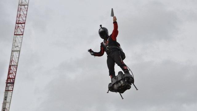 Franky Zapata vole au-dessus de l'Arena Futuroscope !