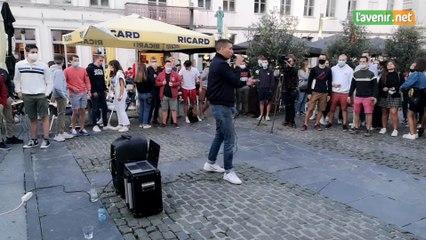 Youssef Swatt's sur la place Saint-Pierre à Tournai