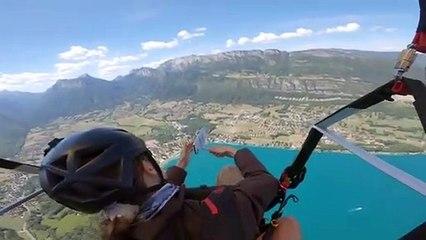 Utiliser une perche à selfie pendant du parapente (Lac d'Annecy)