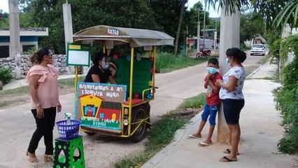 Maestras habilitan mototaxi como aula móvil para impartir clases en Yucatán