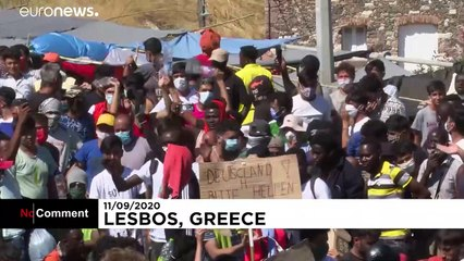 Thousands of migrants, still living on the streets, protest in Lesbos