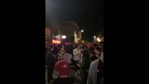 Voici à quoi ressemblait la sortie des bars dans la nuit de vendredi à samedi au centre-ville de Trois-Rivières. Une mer de monde, aucune distanciation, aucun masque.