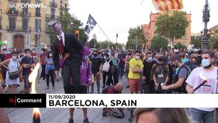 نه به سلطنت و مادرید؛ استقلالطلبان کاتالونیا آدمک فلیپه ششم را آتش زدند