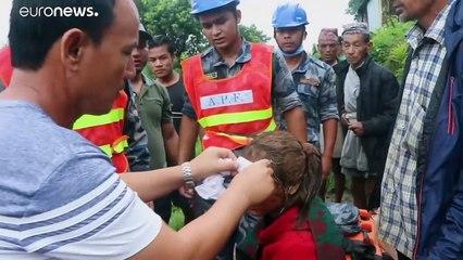 شاهد: فرق الإنقاذ في نيبال تبحث عن ناجين تحت ركام الانهيارات الأرضية التي خلفتها الأمطار