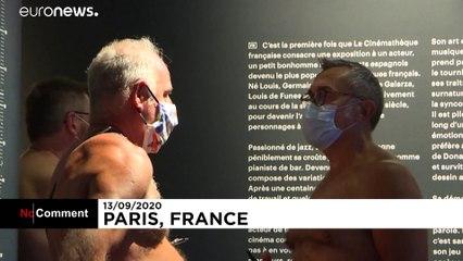 بازدید تمامبرهنه با ماسک از نمایشگاه لویی دوفونس در پاریس
