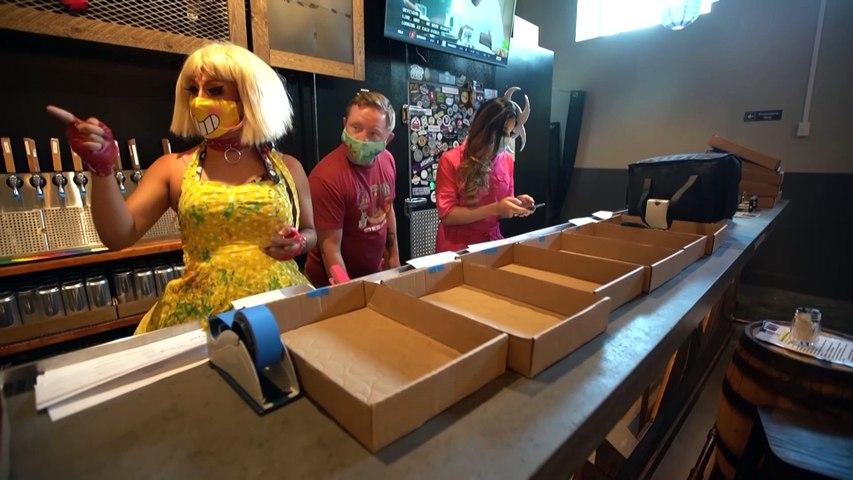 Face à la pandémie, des drag queens livrent des repas en musique à Washington