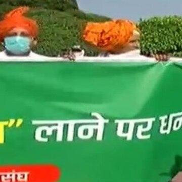 Several farmers welcome farm bills, raise slogans in support of Modi govt