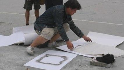 Retiran la placa con la que estudiantes retaban a la monarquía en Tailandia