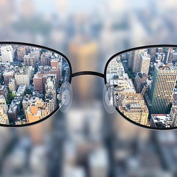 An ophthalmologist shows how a nearsighted person sees the world, in the first person