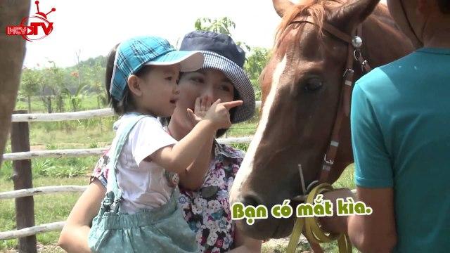 Thùy Dương hào hức cùng con gái cưỡi ngựa.