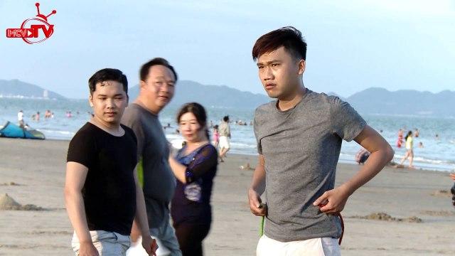"""Hữu Tín - Xuân Nghị """"hành xác"""" với trò chơi vận động tại biển Vũng Tàu."""