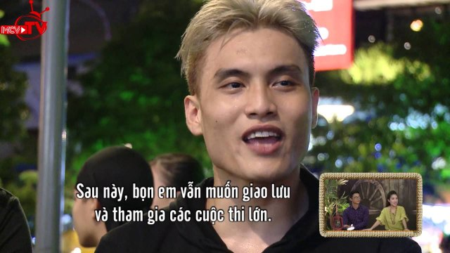 Miko Lan Trinh khoe giọng hát trên phố đi bộ.