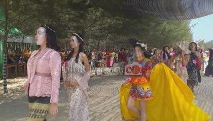 Lenggak Lenggok Gadis Pesisir di Ajang Fashion Show Pantai Semilir