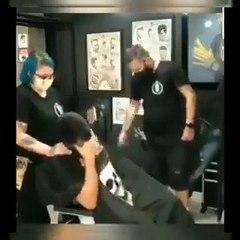 Témoignage de solidarité des employés d'un salon de coiffure à un jeune homme cancéreux