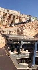Une pelleteuse stoppe un camion qui reculait, et évite ainsi un grave accident