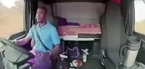 Un chauffeur de camion tombe sur des brigands et a la peur de sa vie (Afrique du Sud)