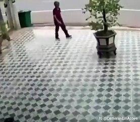 Il fait fuir les chiens qui l'attaquent en faisant des gestes d'arts martiaux