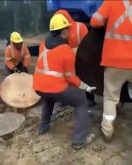 Cet ouvrier a l'art de travailler sans trop se fatiguer !