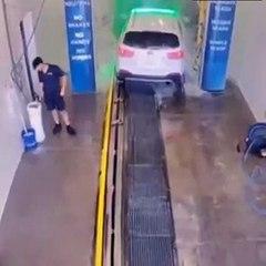 Un employé d'un centre de lavage fait une boulette mais ne s'en rend pas compte tout de suite