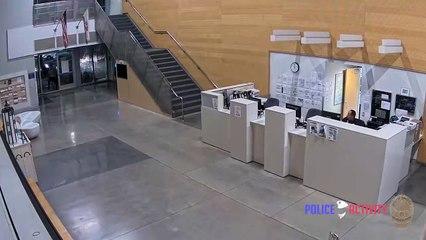 Un homme entre dans un commissariat, attaque un policier et lui vole son arme (Los Angeles)
