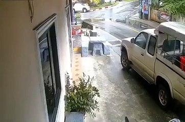 Une femme en scooter oublie fait un gros tout-droit et se crashe (Thaïlande)