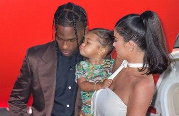 Kylie Jenner e Travis Scott compartilham guarda da filha sem desentendimentos