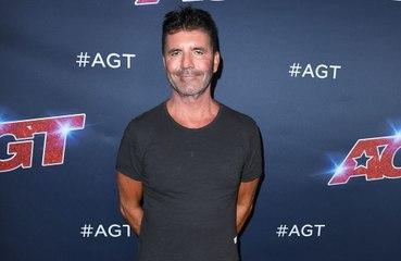 Simon Cowell ya camina con relativa normalidad