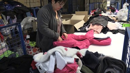 Recycler les vêtements pour créer de l'emploi, avec le Relais42 - Reportage TL7 - TL7, Télévision loire 7
