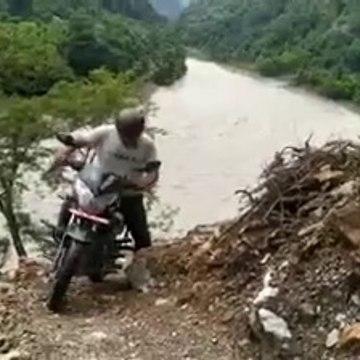 सोल्टीको खतरनाक यात्रा । माथी तारे भीर तर छहरा । Danger motorcycle travels   Trishuli river Nepal